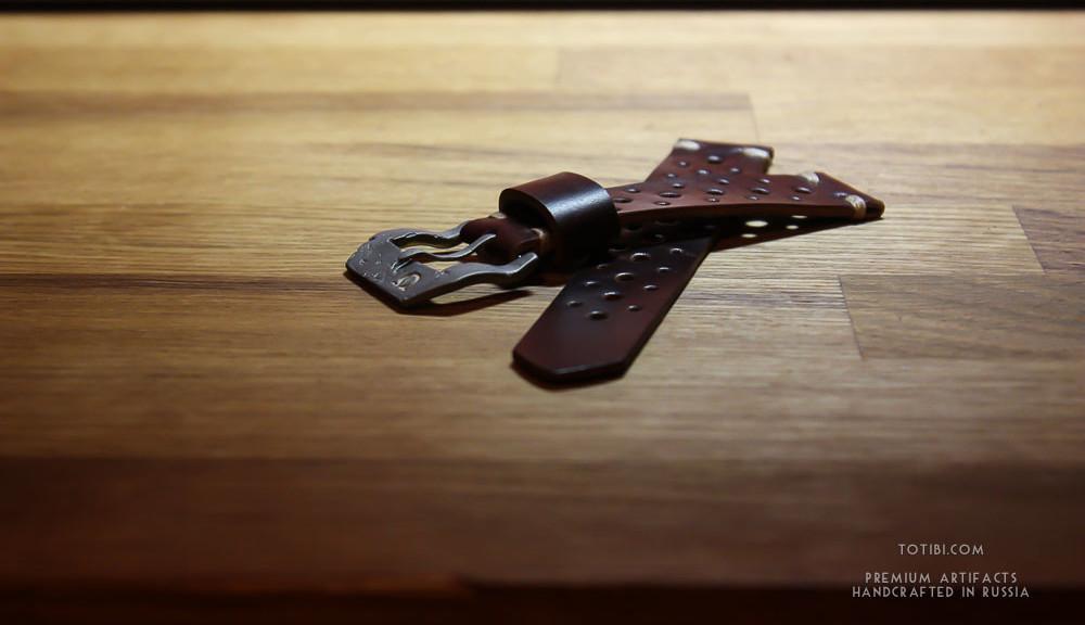 Часовой ремешок ручной работы из американской кожи лошадиного крупа Horween с отлитой из металла вручную застежкой с керамической вставкой символа Омега. Сделано в Москве с душой, чтобы служить долго и радовать. Доставка по России и Миру.