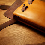 Плечевая сумка внутренний карман из лошадиной кожи растительного дубления удобно вмещает в себя два больших смартфона, бумажник с пропусками и карточками и наличными. Сделана вручную в Москве с доставкой по России.