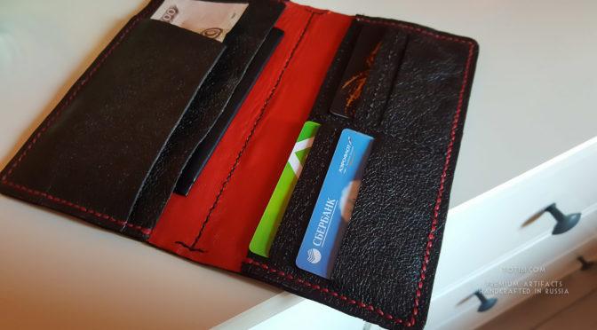 Бумажник ручной работы выполненный из итальянской кожи растительного дубления с анилиновым покрытием. Отделения под паспорт, права, документы на машину, наличные и набор пластиковых карт.
