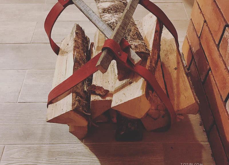 Удобная сумка для переноски дров из толстой кожи с деревянными ручками. Сделано в Москве, доставка по России и миру.