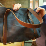 Женская сумка из однослойной кожи. Тотэ. Вместительная, красивая и надежная. Выполнена из кожи растительного дубления в Москве, в студии промышленного дизайна Тотиби.