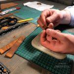 Ученик. Обучение работе с кожей, изготовлению кошельков, ремешков для часов, ремней ручной работы. Обучене в Москве. Много практики.