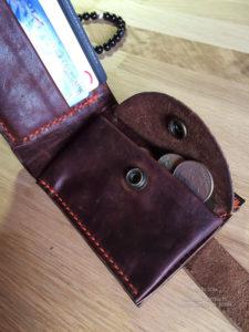 Бумажник ручной работы из лошадиной кожи Horween. Надежно с душой сшит в Москве и доставляется по России.
