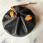 Удобная сумочка кисетдля хранения косметических принадлежностей. Отличный вариант для путешественников. Удобно складывается затягиванием шнурка. Высококлассная итальянская кожа- будет красиво обретать патину в процессе использования. Сделано вручную с душой, чтобы служить долго и каждый день радовать.