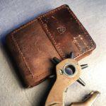 Бумажник с зажимом для денег из старинной винтажной кожи патронной сумки швейцарской армии сделано вручную в Москве, чтобы служить долго и каждый день радовать. Доставка по России.