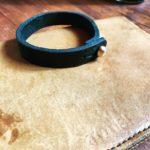Минималистичный унисекс браслет из толстой кожи и латунной кобурной застежкой ручная работа Москва, доставка по России.